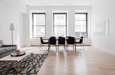 Habitación con suelo de parquet