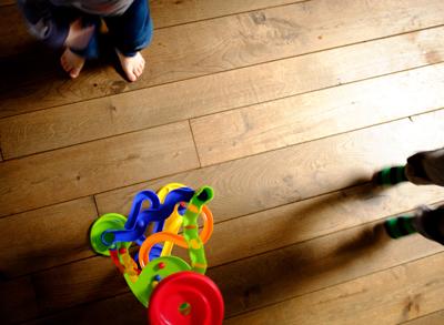 Suelo de madera con niños